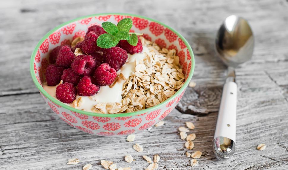 BABYBJÖRN Magazine for Parents – Pregnancy diet: muesli + fresh raspberries + plain yoghurt = an excellent snack for mums-to-be.